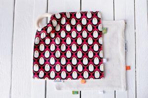 ŽUŽLÁČIK  - vzor červení tučniaci. Dizajnová bio bavlna s GOTS certifikátom a jemnučký biely bambusový aksamit certifikovaný pre deti do 3 rokov.