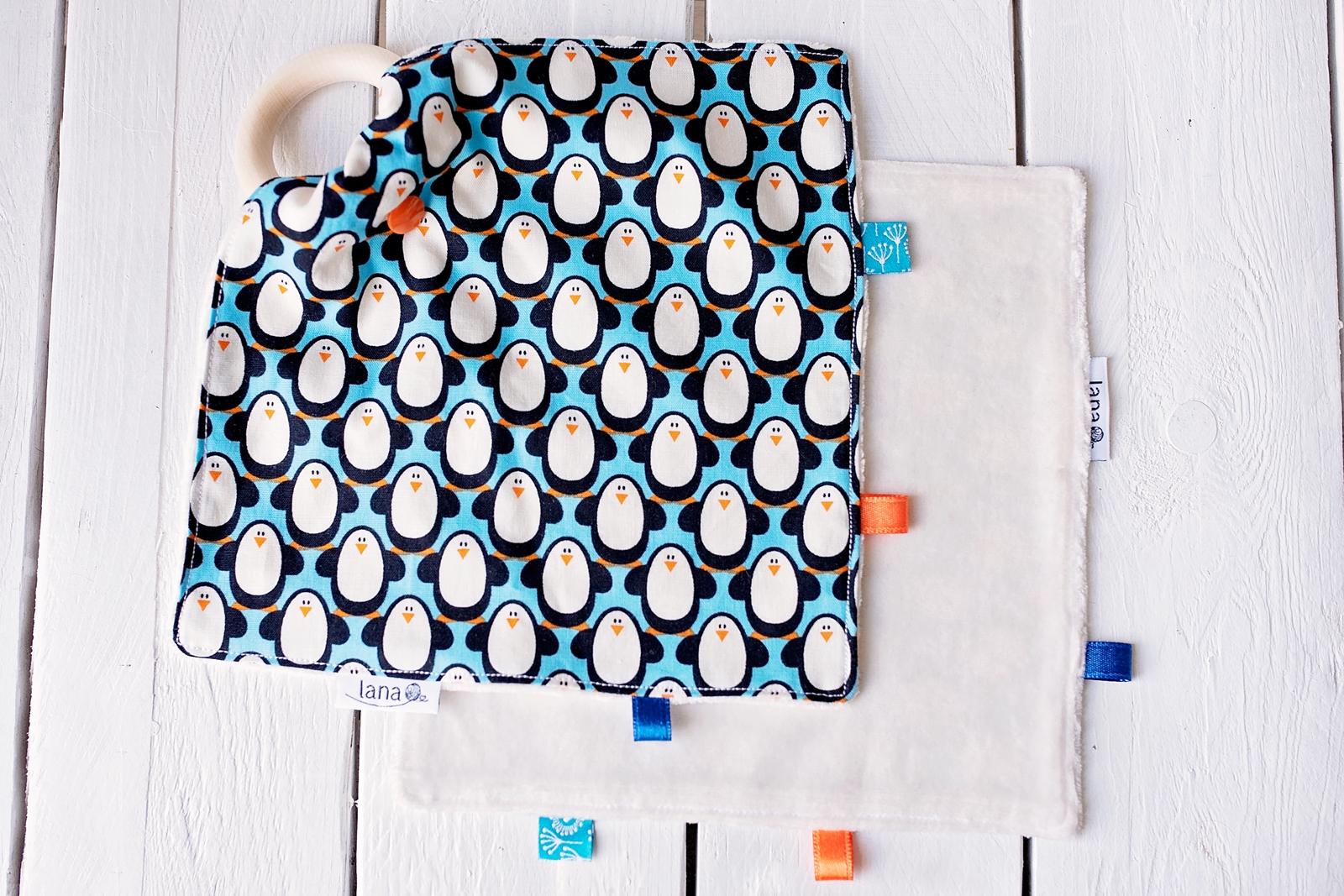 ŽUŽLÁČIK  - vzor modrí tučniaci. Dizajnová bio bavlna s GOTS certifikátom a jemnučký biely bambusový aksamit certifikovaný pre deti do 3 rokov.